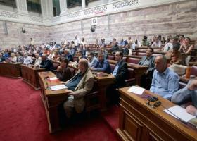 Ποιος βουλευτής του ΣΥΡΙΖΑ εμφανίστηκε με μαυρισμένο μάτι και τσιρότο στην ενημέρωση από τον Τσακαλώτο - Κεντρική Εικόνα