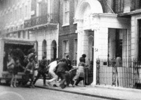 21η Απριλίου 1967: Η κατάληψη της ελληνικής πρεσβείας στο Λονδίνο μετά το πραξικόπημα - Κεντρική Εικόνα