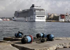 Πρόσκρουση κρουαζιερόπλοιου στο λιμάνι του Πειραιά λόγω των ισχυρών ανέμων - Κεντρική Εικόνα