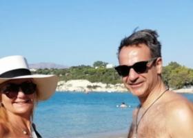 O Κυριάκος έβγαλε το κοστούμι και φόρεσε... μαγιό μαζί με την Μαρέβα στην Κρήτη (photos) - Κεντρική Εικόνα