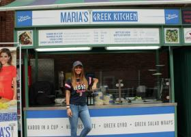 Γνωστή τηλεπαρουσιάστρια πουλάει... πιτόγυρα και «γκρικ κίτσεν»! (photos) - Κεντρική Εικόνα