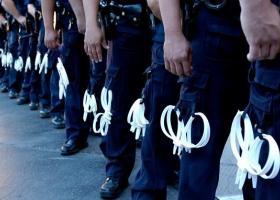 Ανατριχίλα: Εργαζόμενοι του δήμου Καλαμαριάς στέλνουν... πλαστικές χειροπέδες στην ΕΛΑΣ για να δένει τους πρόσφυγες! - Κεντρική Εικόνα