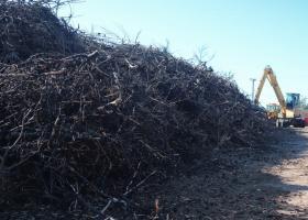 Μάτι: Άρχισε το καθάρισμα του οικοπέδου με τους 20.000 τόνους καμμένων υλικών (video) - Κεντρική Εικόνα