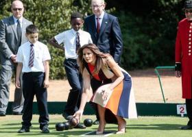 Η Μελάνια Τραμπ έπαιξε πετάνκ με παιδιά και βετεράνους στο Λονδίνο - Κεντρική Εικόνα