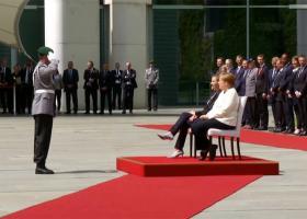 Καθιστή η Μέρκελ στην υποδοχή της πρωθυπουργού της Δανίας (video) - Κεντρική Εικόνα