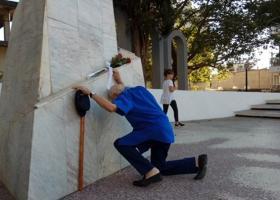 Ο Μανώλης Γλέζος αποτίει φόρο τιμής στο μνημείο πεσόντων του Αγρινίου (video) - Κεντρική Εικόνα