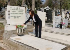 Η Μπέτυ Μπαζιάνα άφησε λουλούδια στον τάφο του Ζορμπά στα Σκόπια - Κεντρική Εικόνα
