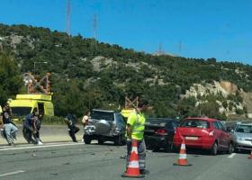Μεγάλο μποτιλιάρισμα στους Αγίους Θεοδώρους μετά από καραμπόλα 5 αυτοκινήτων - Κεντρική Εικόνα