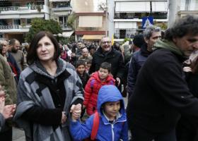 «Ζεστά» σχολικά θρανία σε Νίκαια και Λάρισα για προσφυγόπουλα - Κεντρική Εικόνα