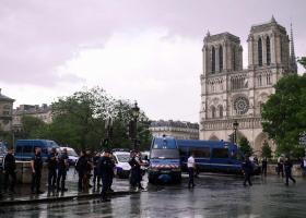 Γαλλία: Επίθεση με σφυρί σε αστυνομικό έξω από την Παναγία των Παρισίων - Κεντρική Εικόνα