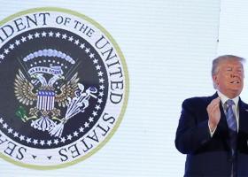 ΗΠΑ: Ο αετός στην Προεδρική σφραγίδα απέκτησε δύο κεφάλια και... μπαστούνια του γκολφ - Κεντρική Εικόνα