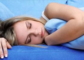 Γιατί κάποιες φορές νιώθετε ότι «πέφτετε από ψηλά» στον ύπνο σας - Κεντρική Εικόνα