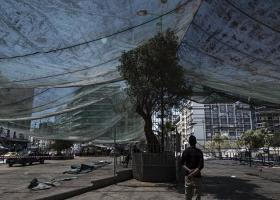 Για ποιον απίθανο λόγο σκεπάστηκε με γιγάντιο ύφασμα όλη η πλατεία Ομονοίας! (photos) - Κεντρική Εικόνα