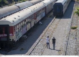 Σε άτυπο καταυλισμό μετέτρεψαν μετανάστες παροπλισμένα βαγόνια του ΟΣΕ στη Θεσσαλονίκη (photos) - Κεντρική Εικόνα
