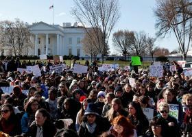 Διαδηλώσεις στην Ουάσινγκτον για την κήρυξη κατάστασης έκτακτης ανάγκης από τον Τραμπ - Κεντρική Εικόνα