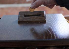 Κρίση και στο παγκάρι: Από μονόλεπτα έως και...κουμπιά βρίσκουν οι κληρικοί όταν κάνουν «ταμείο» - Κεντρική Εικόνα