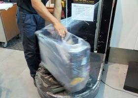 Παγκόσμια... πατέντα στα αεροδρόμια του Πακιστάν: Τυλίγουν με πλαστικό όλες τις αποσκευές! (Photos) - Κεντρική Εικόνα
