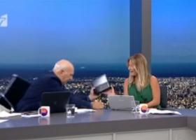«Άσχημο» πέσιμο του Γιώργου Παπαδάκη on air από την καρέκλα του! (video) - Κεντρική Εικόνα