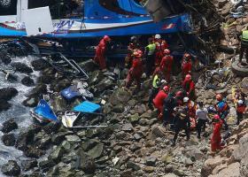 Τουλάχιστον 48 νεκροί από πτώση λεωφορείου σε χαράδρα στο Περού - Κεντρική Εικόνα