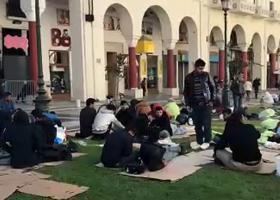 Οι μετανάστες καθάρισαν πριν φύγουν την πλατεία Αριστοτέλους - Κεντρική Εικόνα
