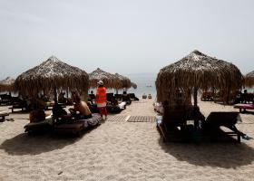 Νέοι κανόνες στις οργανώμενες παραλίες: Επιστρέφουν καφές και τραπεζοκαθίσματα - Τι προβλέπει η ΚΥΑ - Κεντρική Εικόνα