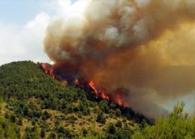 Σε εξέλιξη η πυρκαγιά που κατακαίει δασική έκταση στο Ξυλόκαστρο - Κεντρική Εικόνα