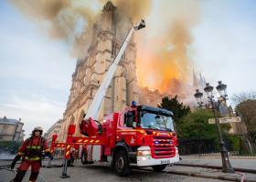 Έξι πυροσβέστες «ήρωες» της Notre Dame συνελήφθησαν για ομαδικό βιασμό τουρίστριας - Κεντρική Εικόνα