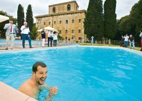 Μπάνιο Σαλβίνι σε πισίνα βίλας αρχιμαφιόζου με πολλαπλούς αποδέκτες - Κεντρική Εικόνα