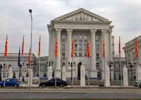 Ξηλώνουν τις πινακίδες από τα κυβερνητικά κτίρια στα Σκόπια (pic) - Κεντρική Εικόνα