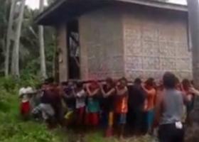Μετέφεραν σπίτι κυριολεκτικά στις πλάτες τους (video) - Κεντρική Εικόνα