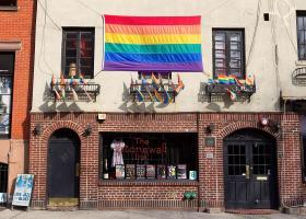 Η αστυνομία της Νέας Υόρκης ζήτησε επισήμως συγγνώμη για την επιδρομή στο γκέι μπαρ Stonewall Inn πριν από μισό αιώνα - Κεντρική Εικόνα