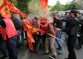 Η αστυνομία χρησιμοποίησε δακρυγόνα για να διαλύσει διαδηλωτές στην Κωνσταντινούπολη - Κεντρική Εικόνα