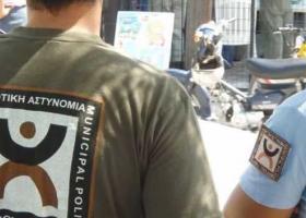 Οδηγός τραυμάτισε δημοτικό αστυνομικό για να περάσει μπλόκο για φωτιές - Κεντρική Εικόνα