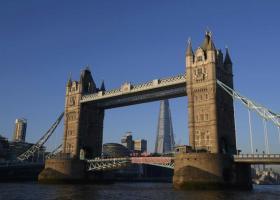 Γιγάντιο πανό κατά Τραμπ στην εμβληματική Tower Bridge του Λονδίνου - Κεντρική Εικόνα