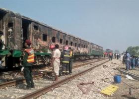 Πακιστάν: Τουλάχιστον 71 νεκροί από πυρκαγιά σε τρένο - Επιβάτες άναψαν γκαζάκι να μαγειρέψουν και εξερράγη(Video/Photos) - Κεντρική Εικόνα