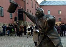 Μία... τσαντιά γυναίκας στο κεφάλι νεοναζί σημαιοφόρου έγινε άγαλμα (photos) - Κεντρική Εικόνα