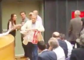 Νέος... Κασιδιάρης ο Τζήμερος: «Όχι αφίσες εδώ, τα κόμματα θα εξαφανιστούν από δω πέρα»! - Κεντρική Εικόνα