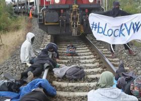 Στο στόχαστρο διαδηλωτών για το κλίμα συρμός με αυτοκίνητα της Volkswagen - Κεντρική Εικόνα