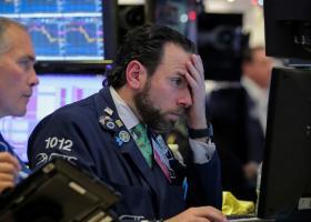 Στο κόκκινο η Wall Street - Απώλειες άνω των 250 μονάδων για τον Dow Jones - Κεντρική Εικόνα