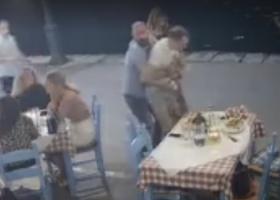 Η στιγμή που υπεύθυνος ταβέρνας στα Χανιά σώζει πελάτη από πνιγμό (video) - Κεντρική Εικόνα