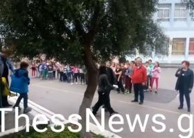 Μαθητές στη Θεσ/νίκη υποδέχονται με χειροκροτήματα τα προσφυγόπουλα (Βίντεο) - Κεντρική Εικόνα