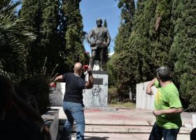 Ένταση στη συγκέντρωση του ΠΑΜΕ: Πέταξαν μπογιές στο άγαλμα του Τρούμαν - Κεντρική Εικόνα