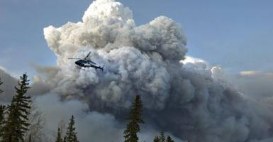 Εκατοντάδες εργαζόμενοι στον Καναδά απομακρύνθηκαν λόγω πυρκαγιάς - Κεντρική Εικόνα