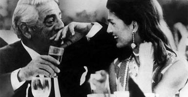 Πριν 48 χρόνια: Ο «γάμος του αιώνα» στον Σκορπιό, μεταξύ Ωνάση και Τζάκι (ΦΩΤΟ & ΒΙΝΤΕΟ) - Κεντρική Εικόνα