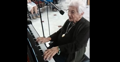 Γιαγιά 100 ετών από το γηροκομείο Πειραιά «σπάει» το internet δίνοντας μαθήματα αισιοδοξίας - Κεντρική Εικόνα