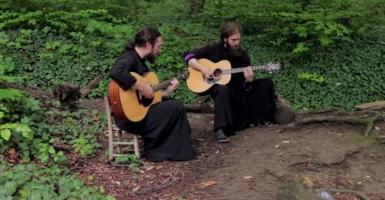 Ορθόδοξοι μοναχοί διασκευάζουν Iron Maiden και «τα σπάνε»! (video)  - Κεντρική Εικόνα