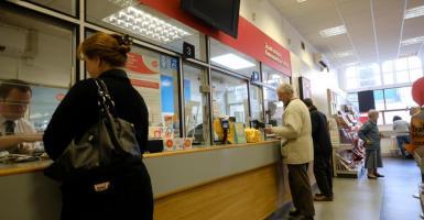 Μεγάλη τράπεζα «διώχνει» 1 στους 5 υπαλλήλους της με «δώρο» ως 60 μισθούς και 170.000 ευρώ - Κεντρική Εικόνα
