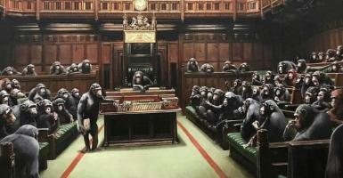 Στο σφυρί το βρετανικό κοινοβούλιο με τους χιμπατζήδες του Banksy - Κεντρική Εικόνα