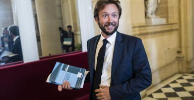 Ο αριστερός, άνθρωπος - σκιά που θέλει να γίνει ηγέτης του γαλλικού Σοσιαλιστικού Κόμματος - Κεντρική Εικόνα