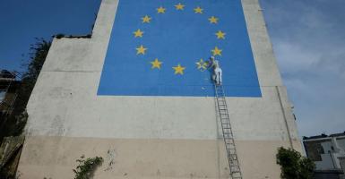 Κατέστρεψαν με άσπρη μπογιά την τοιχογραφία του Banksy για το «Brexit» (photo) - Κεντρική Εικόνα